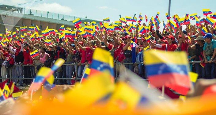 Manifestantes con las banderas de Venezuela