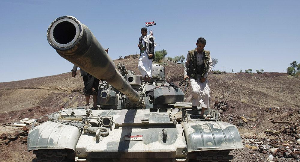 Los rebeldes hutíes encima de un tanque