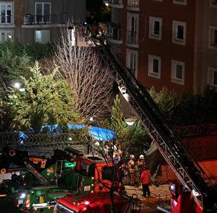Los bomberos y las policías de Turquía en el lugar del sinietro de un helicóptero en Estambul