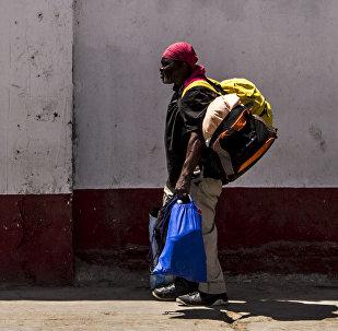 Migrante camino al albergue de Mexicali, Baja California, México