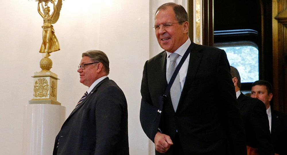 El ministro de Exteriores de Finlandia, Timo Soini y el ministro de Exteriores de Rusia, Serguéi Lavrov