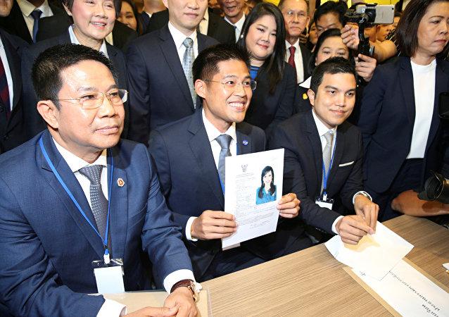 El líder del partido opositor Thai Raksa Chart con la aplicación de la princesa Ubolratana Rajakanya, hermana mayor del rey de Tailandia