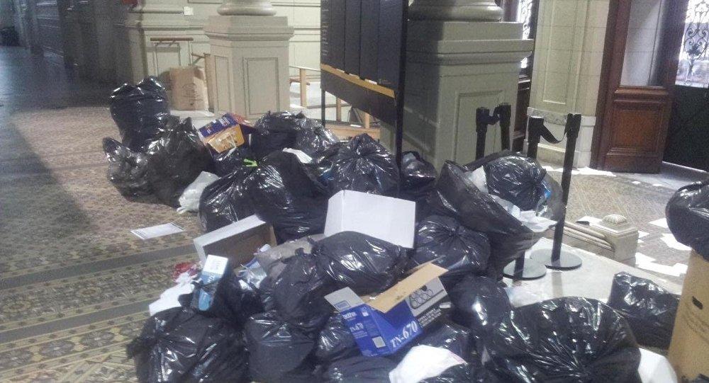 Bolsas de basura apiladas en los pasillos del edificio de la Cámara Federal de Casación Penal en Buenos Aires, Argentina