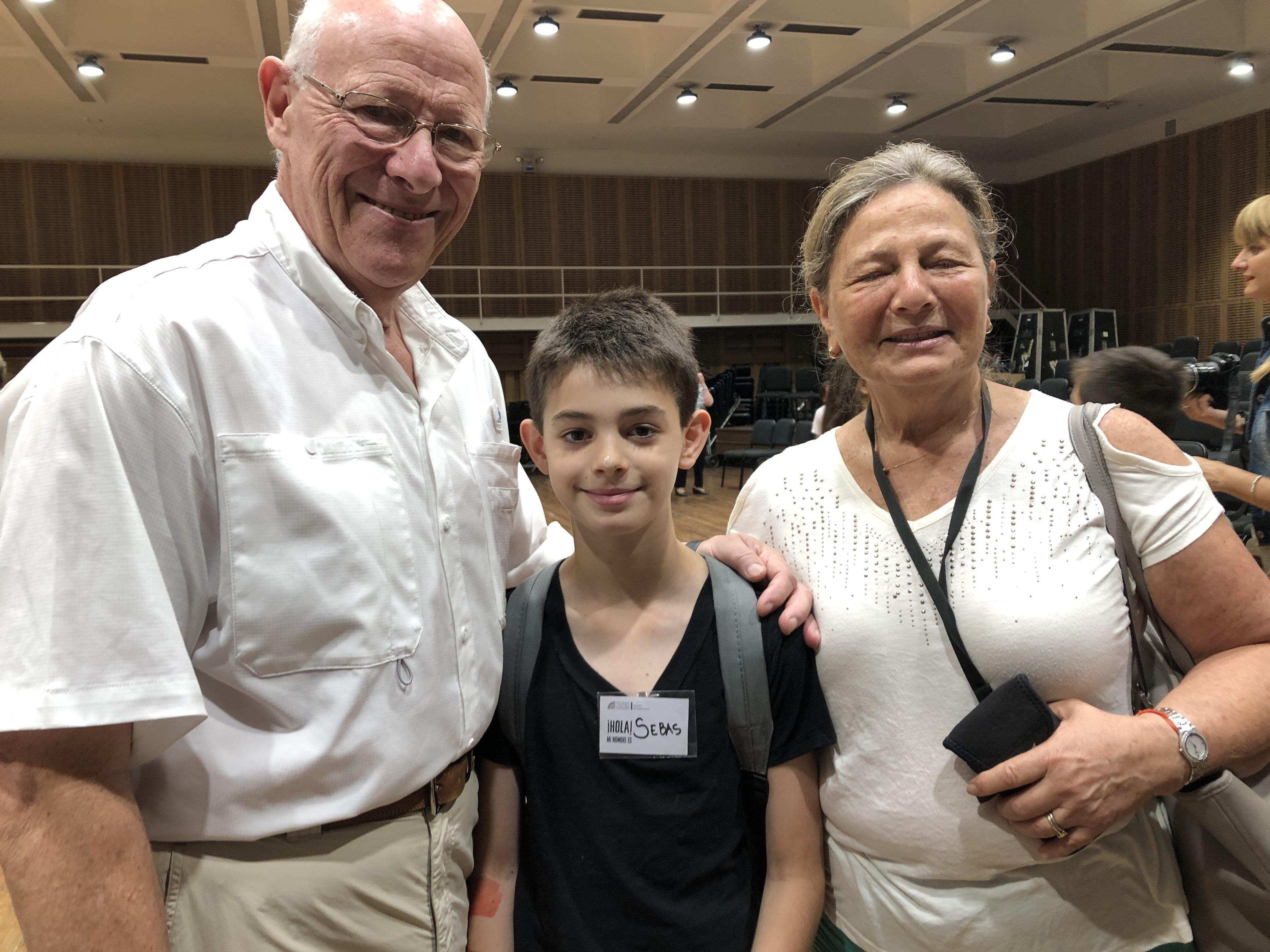 Sebastián y sus abuelos culminan con alegría esta estapa de vacaciones en el Teatro Colón de Buenos Aires, Argentina