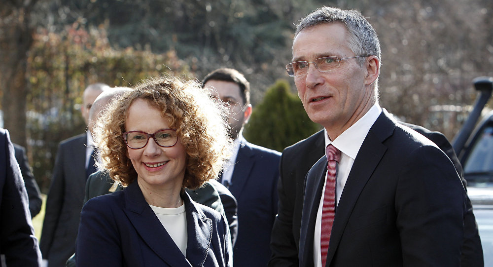 La ministra de Defensa de la República de Macedonia del Norte, Radmila Sekerinska, con Jens Stoltenberg, secretario general de la OTAN (archivo)