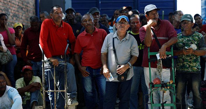 Los venezolanos esperan la entrega de comida