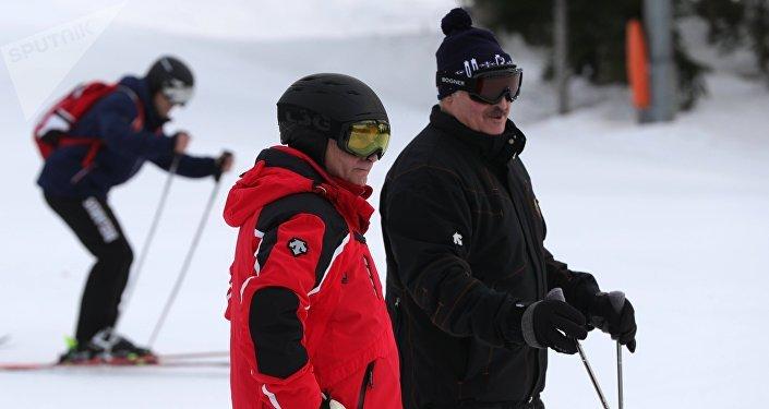 Vladímir Putin y Alexandr Lukashenko esquiando en Sochi