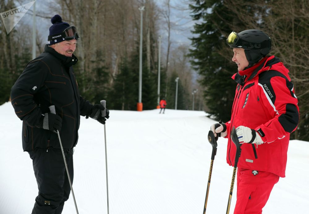 Los presidentes de Rusia y Bielorrusia, Vladímir Putin y Alexandr Lukashenko, esquiando en Sochi.