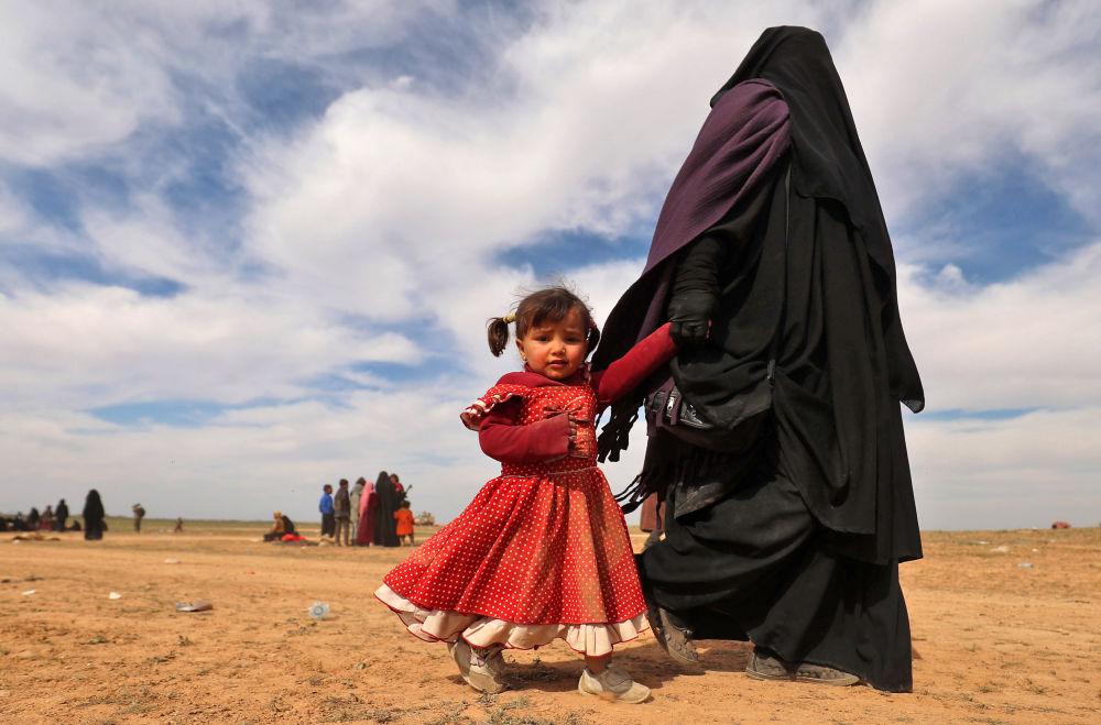 Una mujer y una niña huyendo de un campamento de refugiados en Deir Ezzor para salvarse de los terroristas.