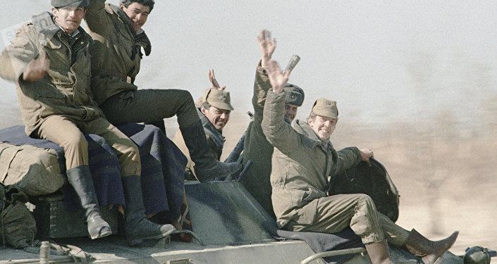 Los soldados soviéticos regresan de Afganistán