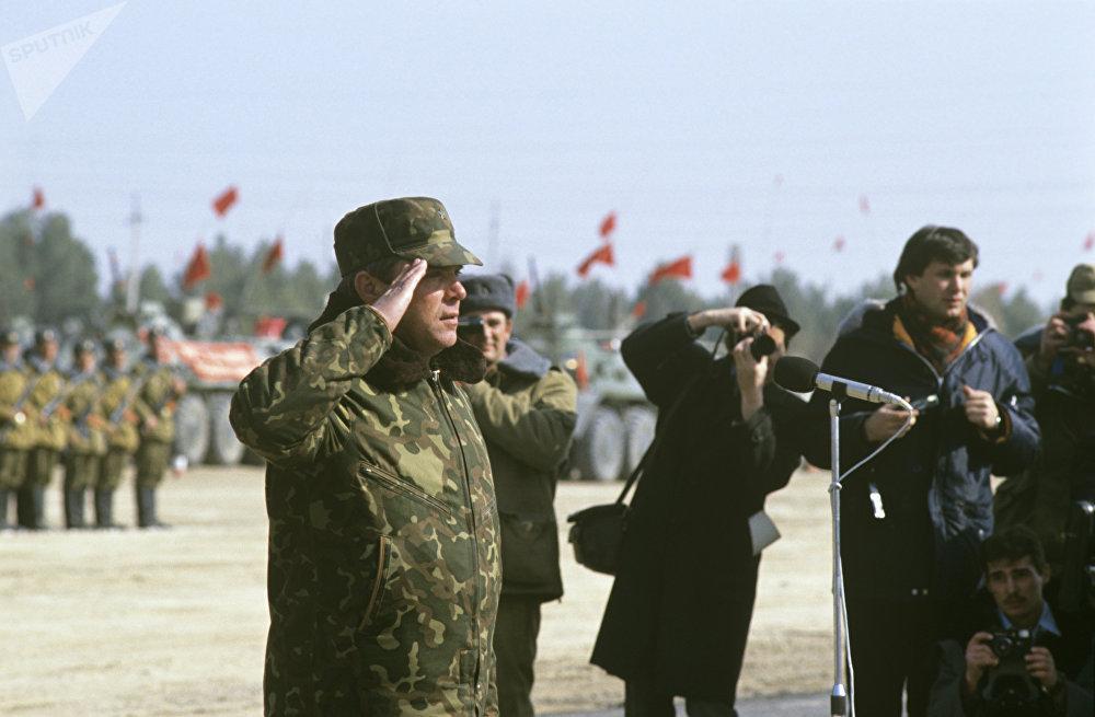 El coronel general Borís Grómov reporta el fin de la retirada de las tropas
