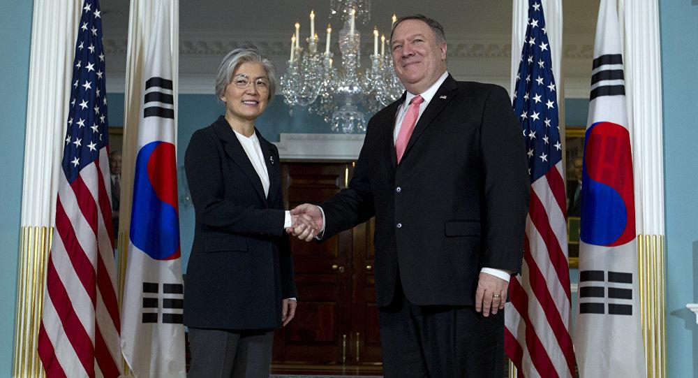 La canciller de Corea del Sur, Kang Kyung-wha, y el secretario de Estado de EEUU, Mike Pompeo (archivo)