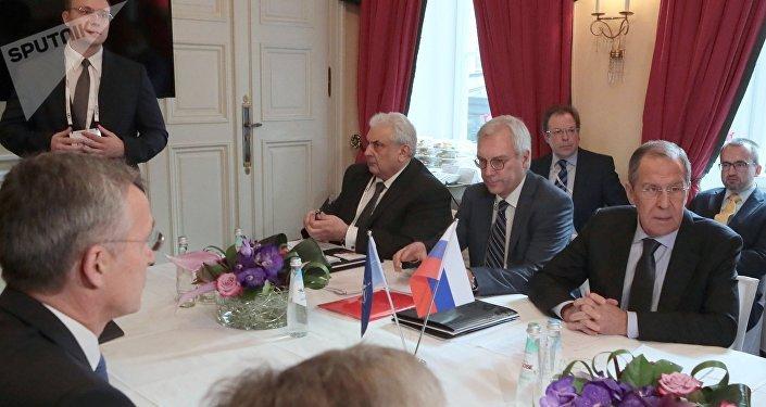 El secretario general de la OTAN, Jens Stoltenberg (izq.) y el canciller ruso, Serguéi Lavrov (der.), durante las consultas en Múnich, Alemania