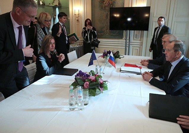 La jefa de la diplomacia europea, Federica Mogherini, y el ministro de Asuntos Exteriores de Rusia, Serguéi Lavrov