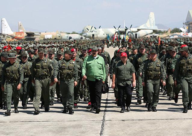Nicolás Maduro, presidente de Venezulea, junto con los militares del país (archivo)
