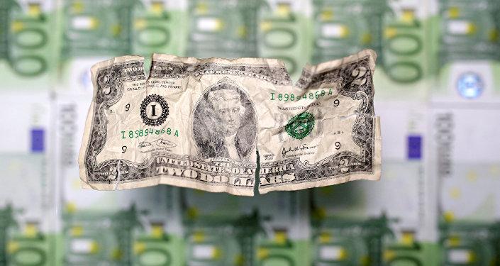 Un arrugado billete de dos dólares de EEUU y varios billetes de cien euros
