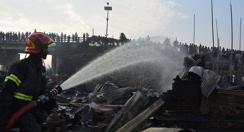 Bomberos en el lugar del incendio en Bangladesh