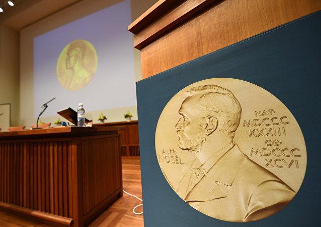 La medalla de Alfred Nobel en una sala de conferencias (archivo)