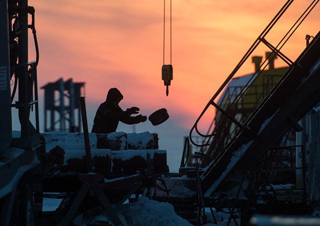 Un hombre trabaja en un yacimiento en Rusia