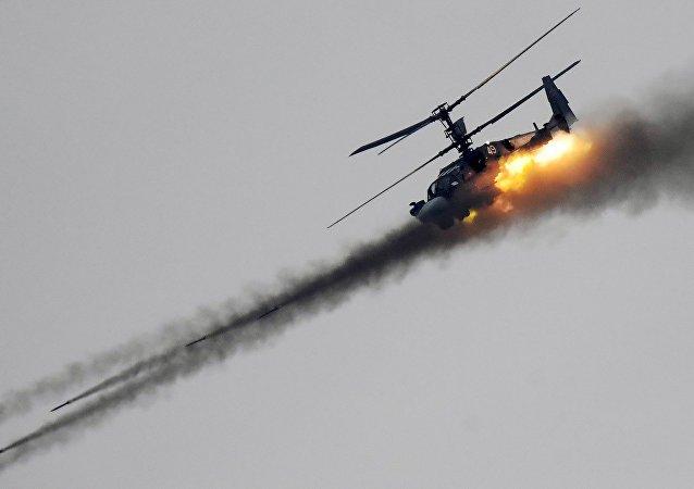 Un Ka-52 lanza misiles no guiados