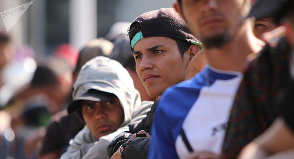 rupo de migrantes espera largas horas en fila para acceder a un albergue en Ciudad de México (archivo)
