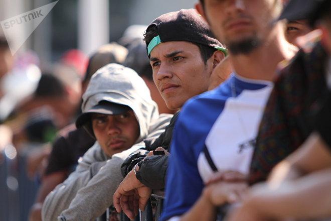 Grupo de migrantes espera largas horas en fila para acceder a un albergue en Ciudad de México