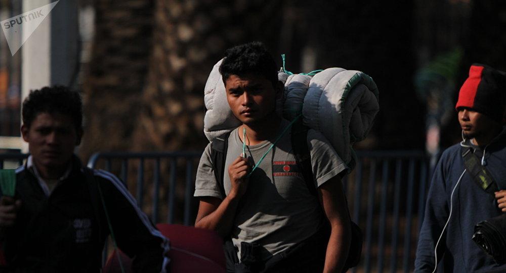 Migrante llega al albergue del estadio Palillo, en la Ciudad de México
