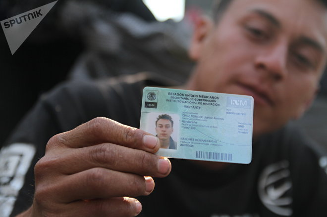 Migrante enseña el documento que obtuvo al entrar a México