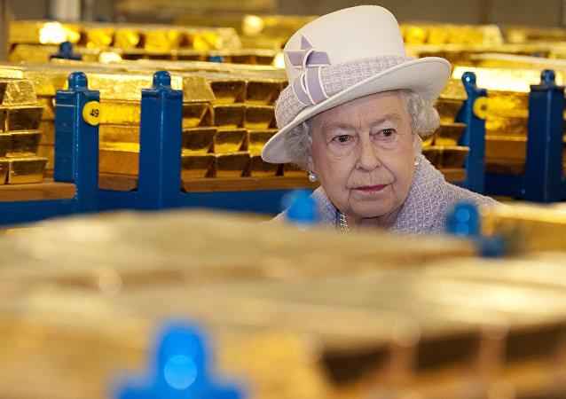 La reina Isabel de Inglaterra visita una bóveda de oro en el Banco de Inglaterra