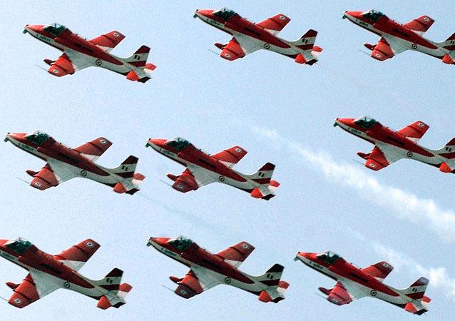 Pilotos del grupo Surya Kiran Aerobatic Team (SKAT) de la Fuerza Aerea India (archivo)