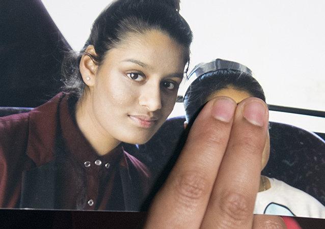 Renu Begum, la hermana mayor sostiene la foto de Shamima Begum