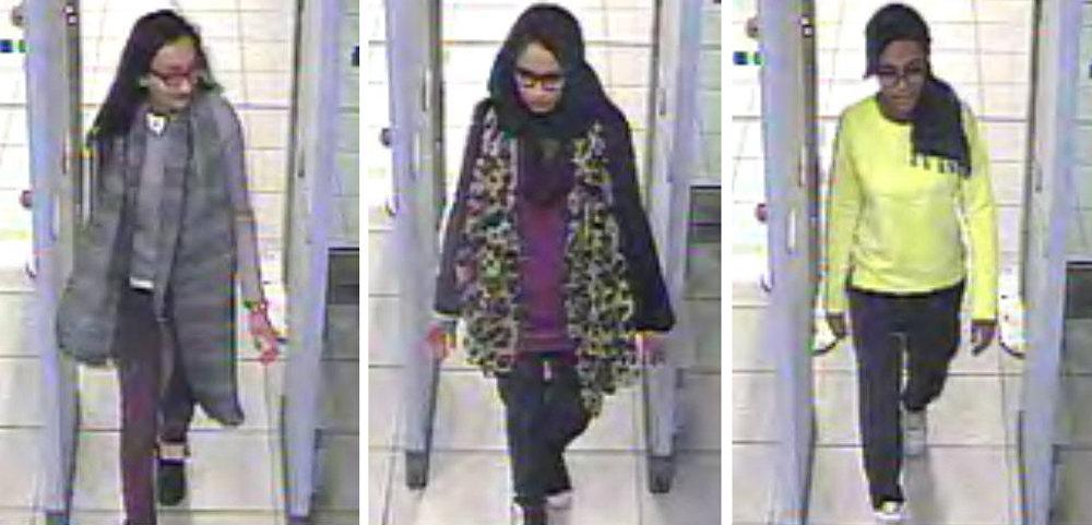 Kadiza Sultana, Shamima Begum y Amira Abase pasan los controles de seguridad en el aeropuerto de Londres Gatwick antes de volar a Turquía, el  17 de febrero de 2015