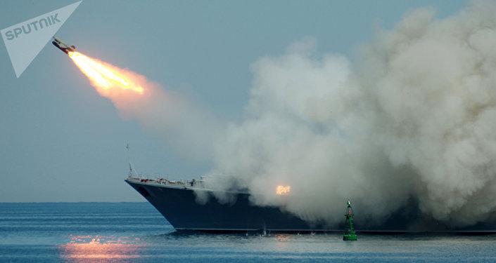Lanzamiento de un misil desde un buque
