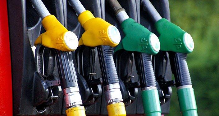 Pistolas de abastecimiento en una gasolinera