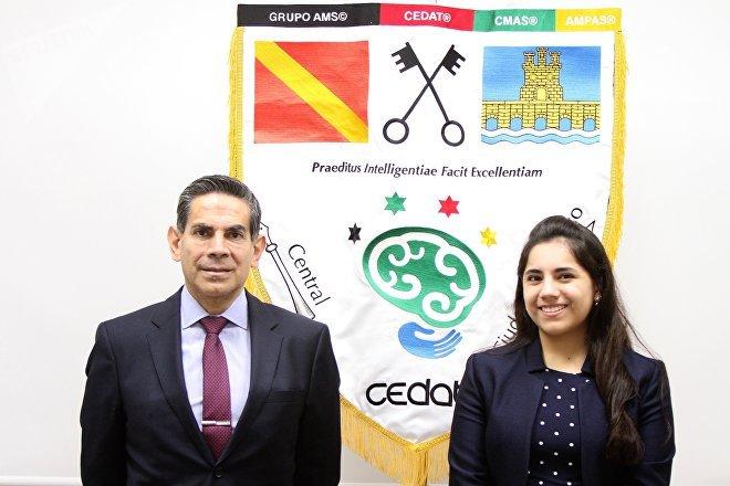 Dafne Almazán, la psicóloga más joven del mundo, admitida para una maestría en Harvard, en una foto junto a su padre Asdrúbal, fundador del Cedat
