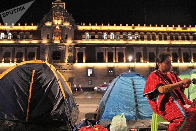 Ciudad de México. Rosalía trabaja mientras permanece en un plantón para exigir el cese a la persecución policial contra los artesanos indígenas en la capital.