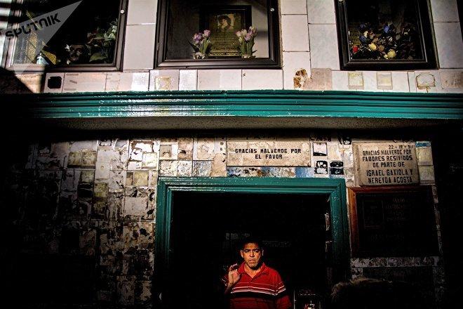 Culiacán Sinaloa. Hombre sale de la capilla de Jesús Malverde