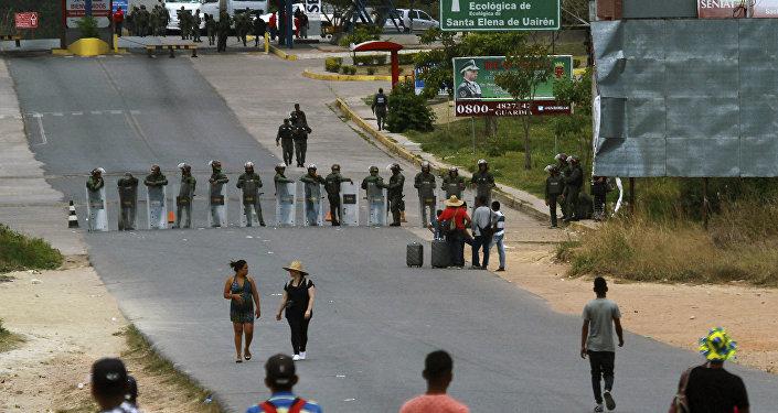 Militares bloquean la frontera entre Venezuela y Brasil