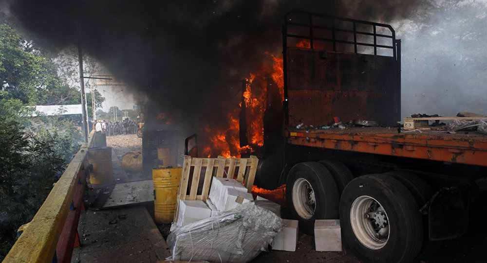 Un camion con ayuda humanitaria para Venezuela en llamas