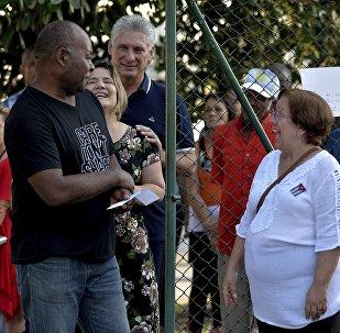El presidente de Cuba, Miguel Díaz-Canel, espera en la cola para votar en el referéndum constitucional