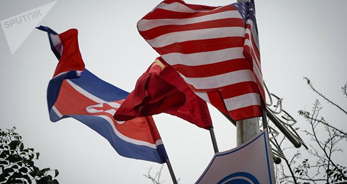 Banderas de Corea del Norte y EEUU en Hanói
