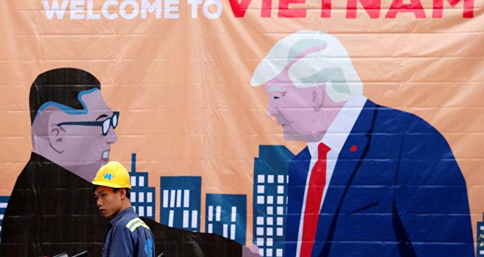 Una pancarta que representa al líder norcoreano, Kim Jong-un, y al presidente de Estados Unidos, Donald Trump, antes de la cumbre entre Corea del Norte y Estados Unidos en Hanói