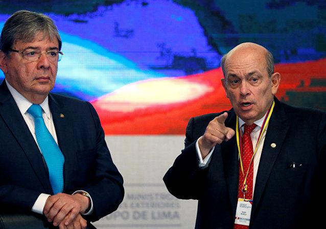 El Ministro de Relaciones Exteriores de Colombia, Carlos Holmes Trujillo, y el Viceministro de Relaciones Exteriores de Perú, Hugo de Zela, en la reunión del Grupo de Líma