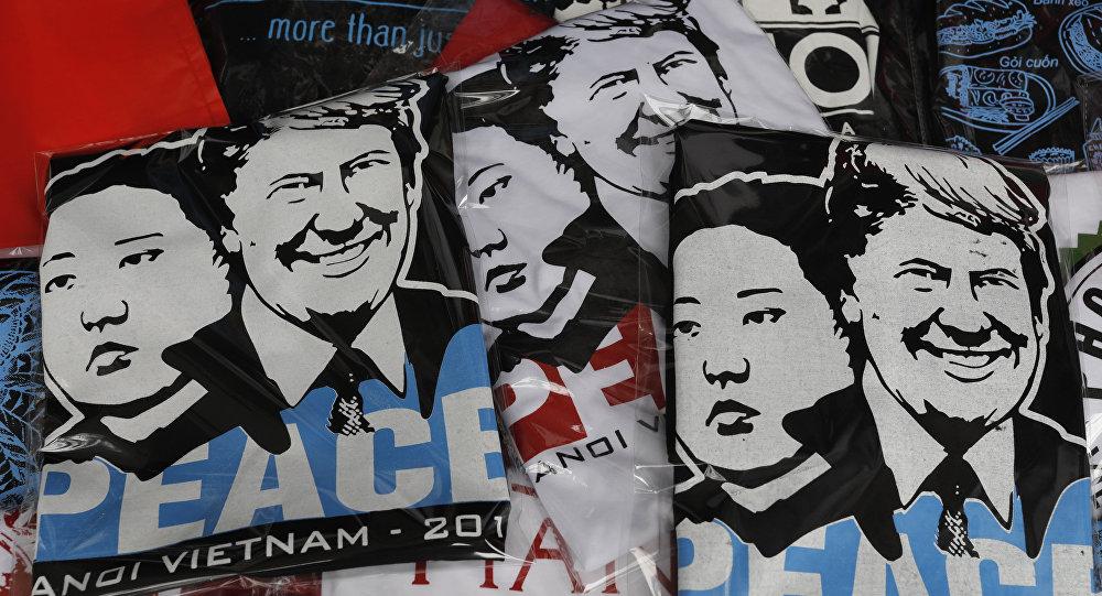 Camisetas con los retratos del líder norcoreano Kim Jong-un y el presidente de EEUU, Donald Trump, a la venta en Hanoi.