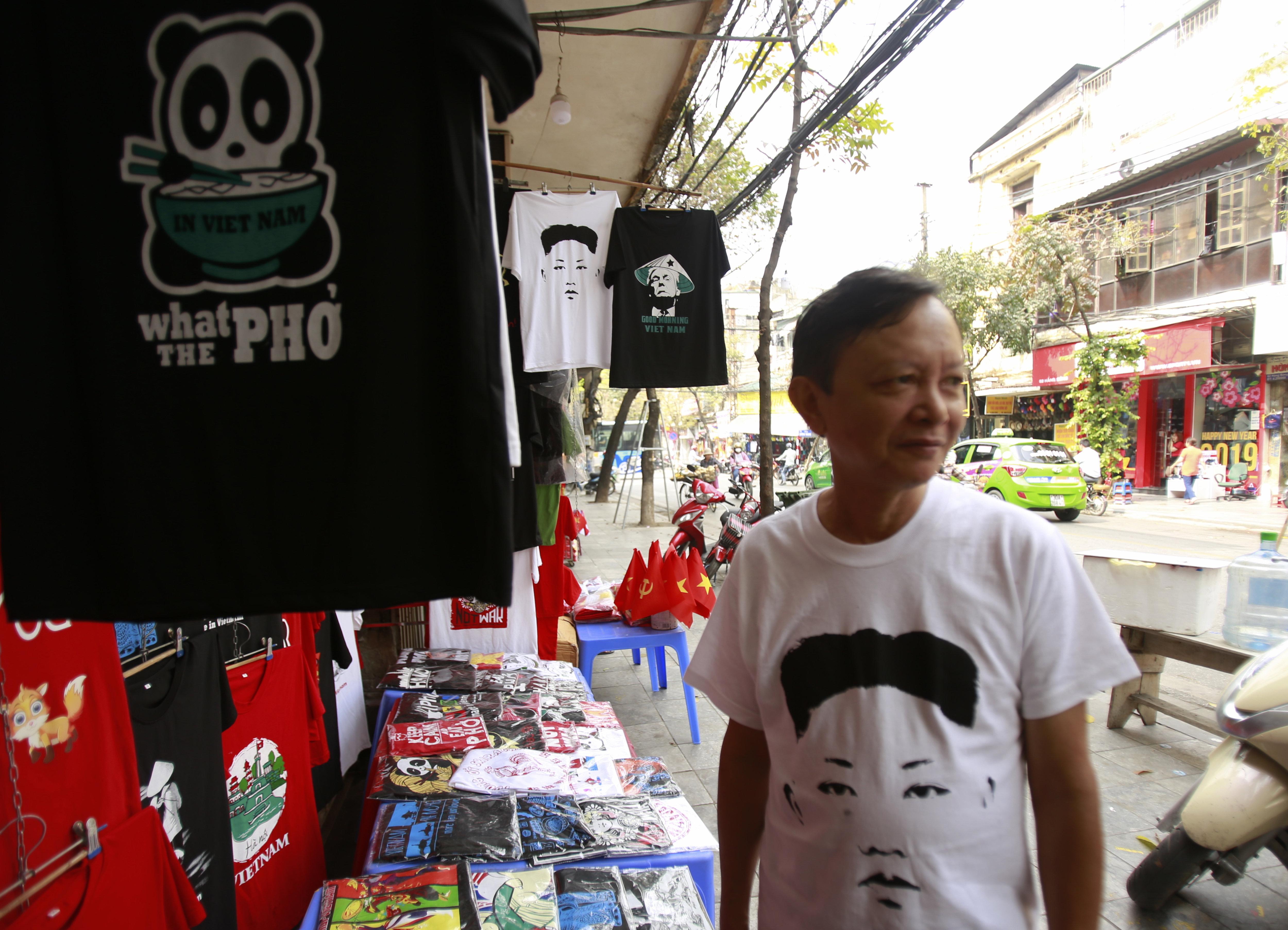 Truong Thanh Duc con una camiseta del líder norcoreano Kim Jong-un en su tienda ubicada del centro de Hanoi