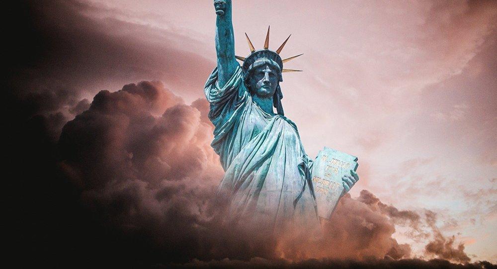 La estatua de la libertad entre las nubes