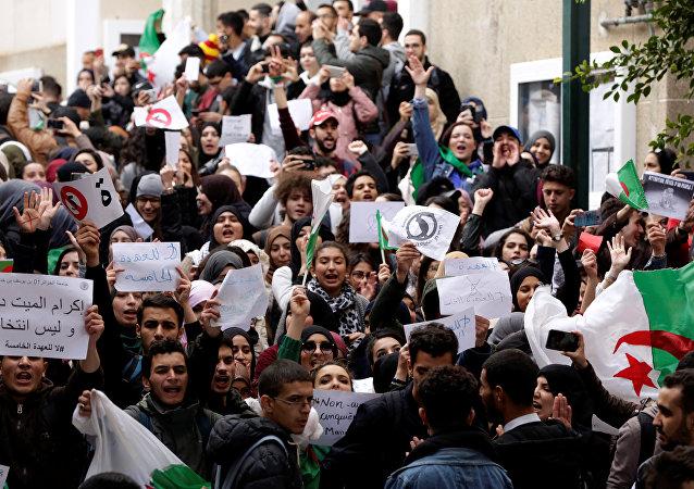 Estudiantes protestan en el campus universitario contra el plan del presidente Abdelaziz Bouteflika de extender su gobierno