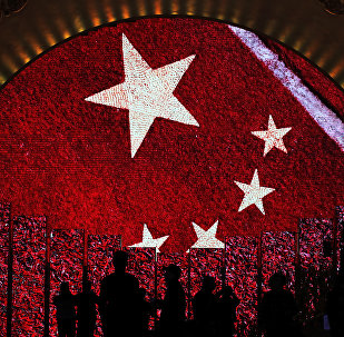 Una pantalla enseña la bandera de China para los visitantes de una exhibición