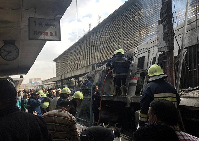 Bomberos en el lugar del descarrilamiento de un tren en El Cairo