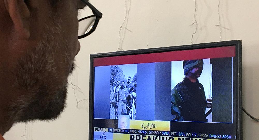 Un hombre observa las noticias donde muestran al piloto capturado